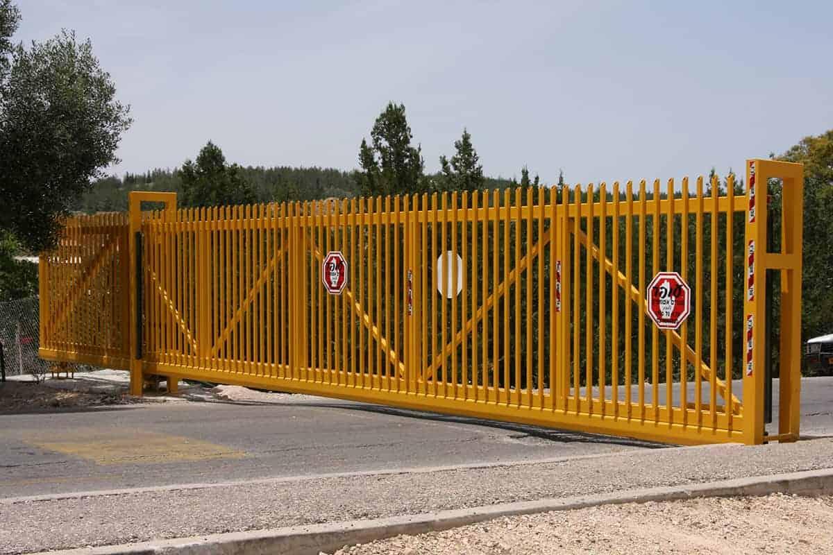 שער קונזולי בכניסה ליישוב