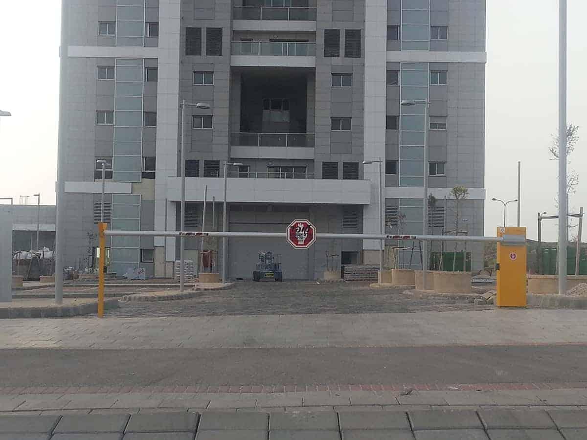 מחסום חשמלי לבניין
