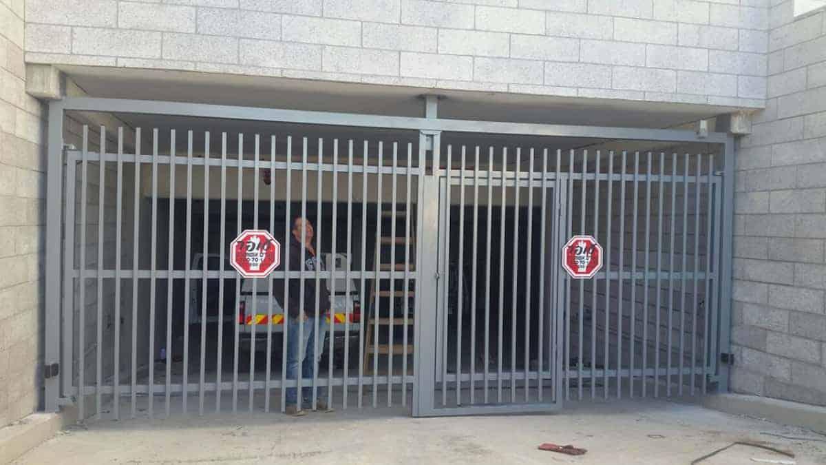 שער חשמלי עם דלת