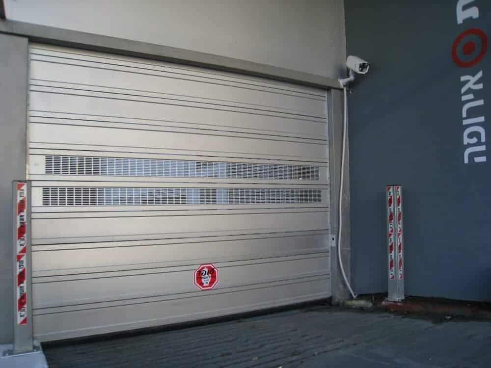 דלת מהירה מאלומיניום בבניין משרדים