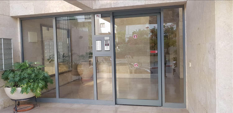 דלת הזזה בודדת בניין תל אביב