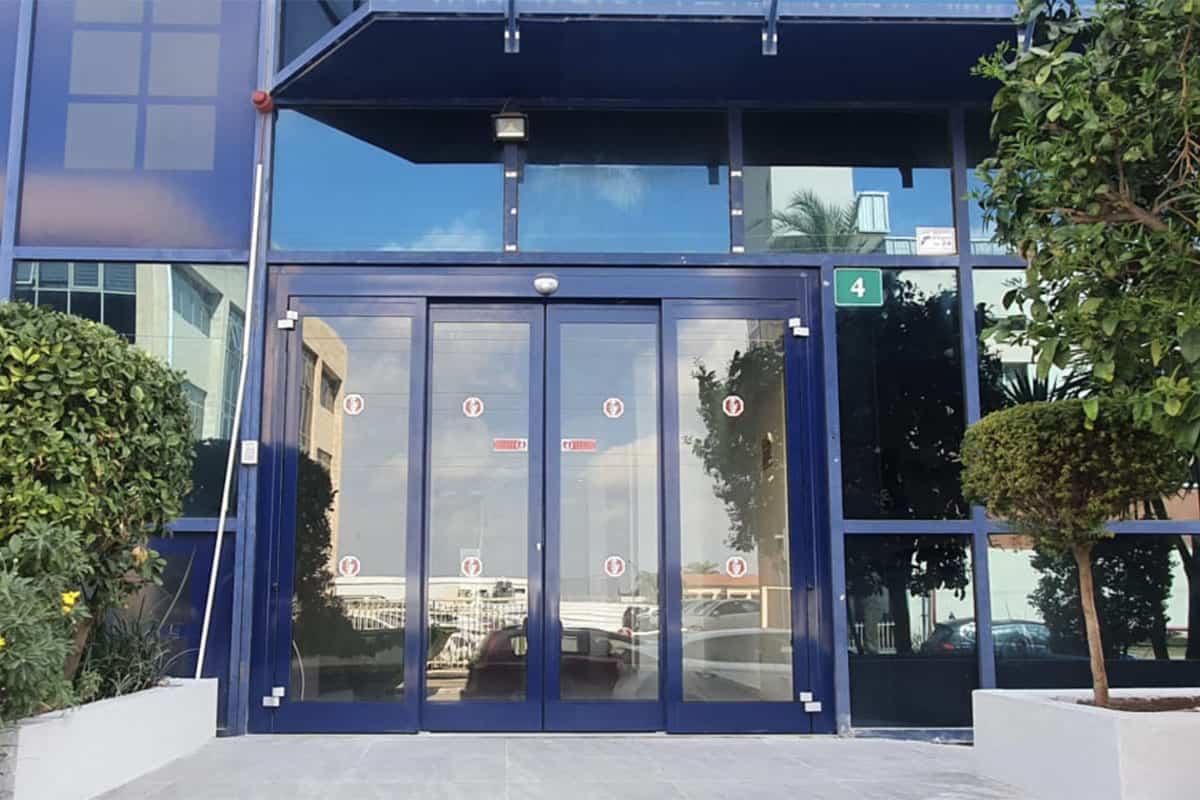 דלת אוטומטית בכניסה לבניין