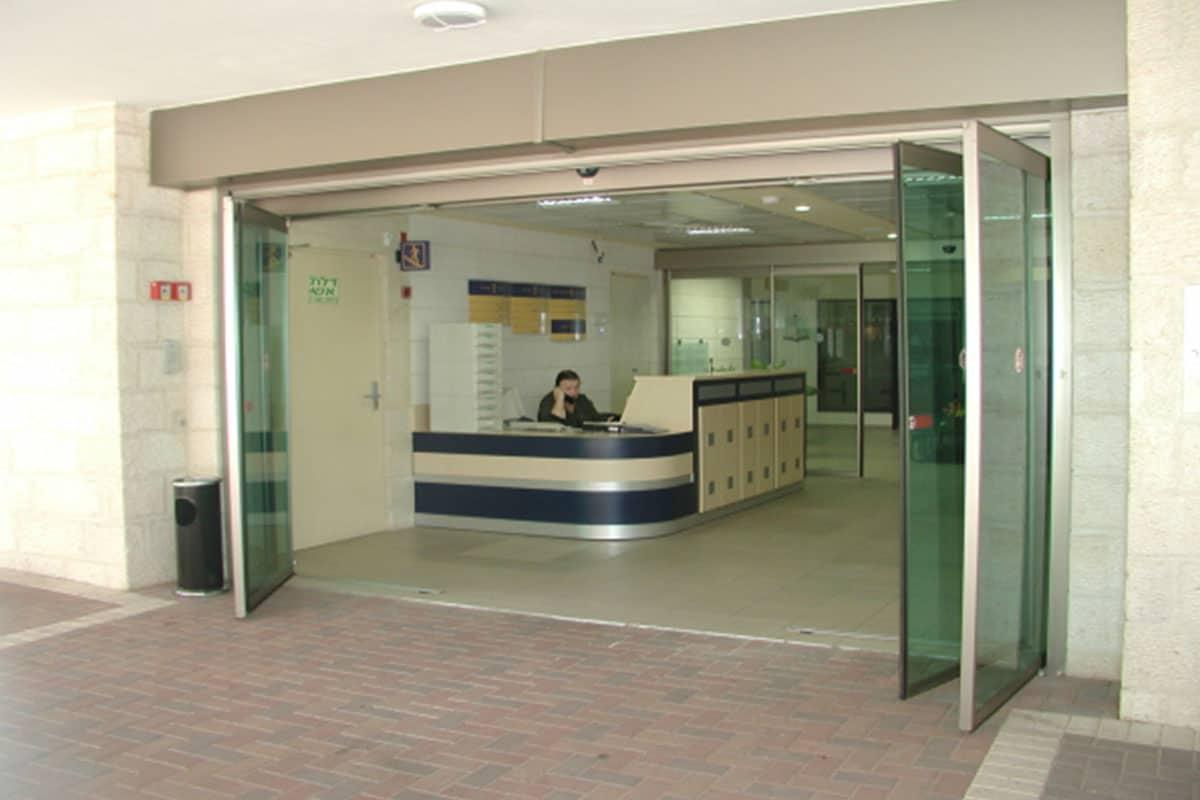 דלת בכניסה למשרד