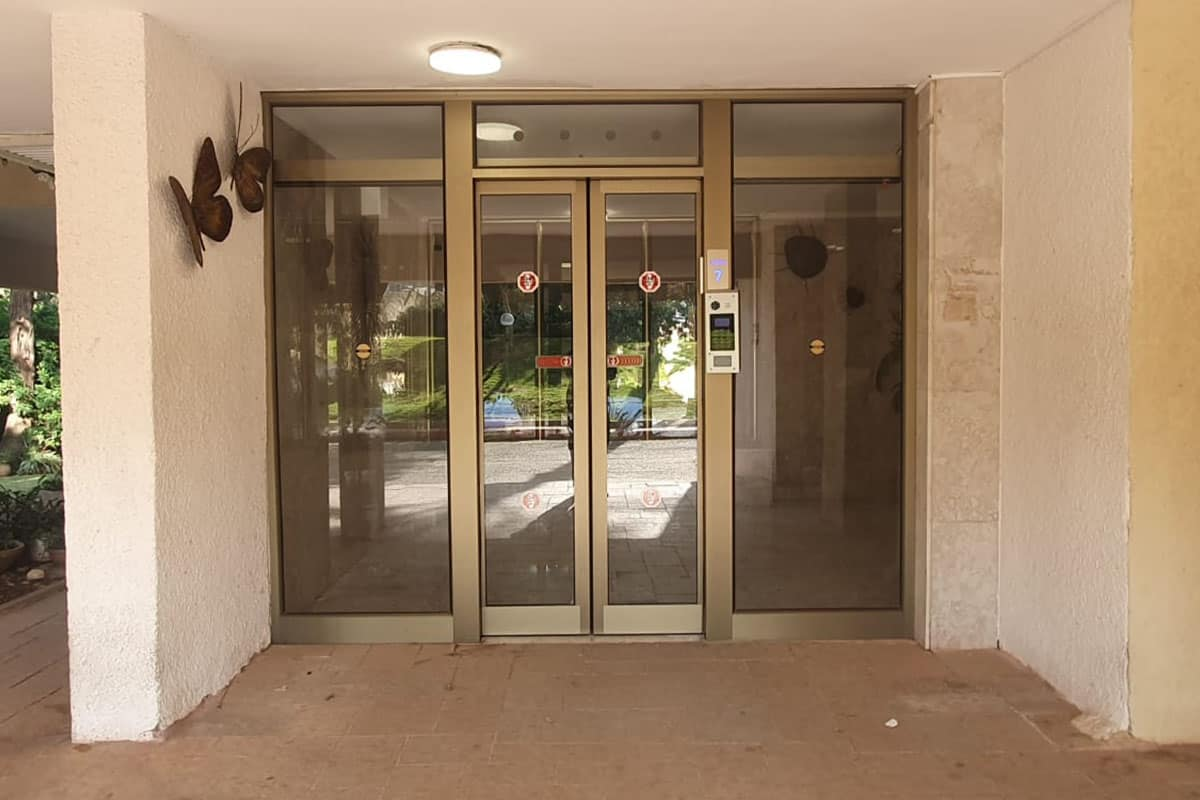 דלת הזזה בכניסה לבניין