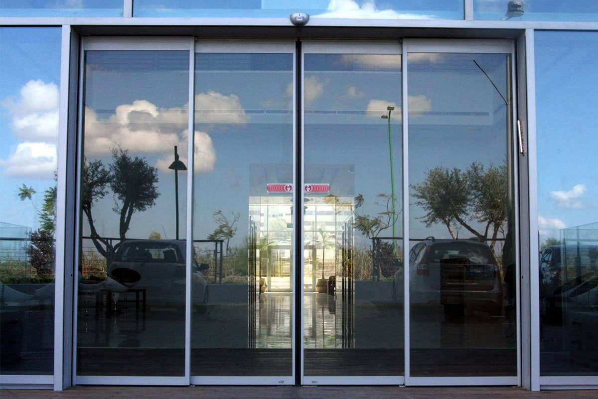 דלת הזזה לבניין משרדים