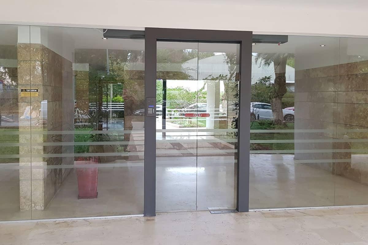 דלת כניסה לבניין