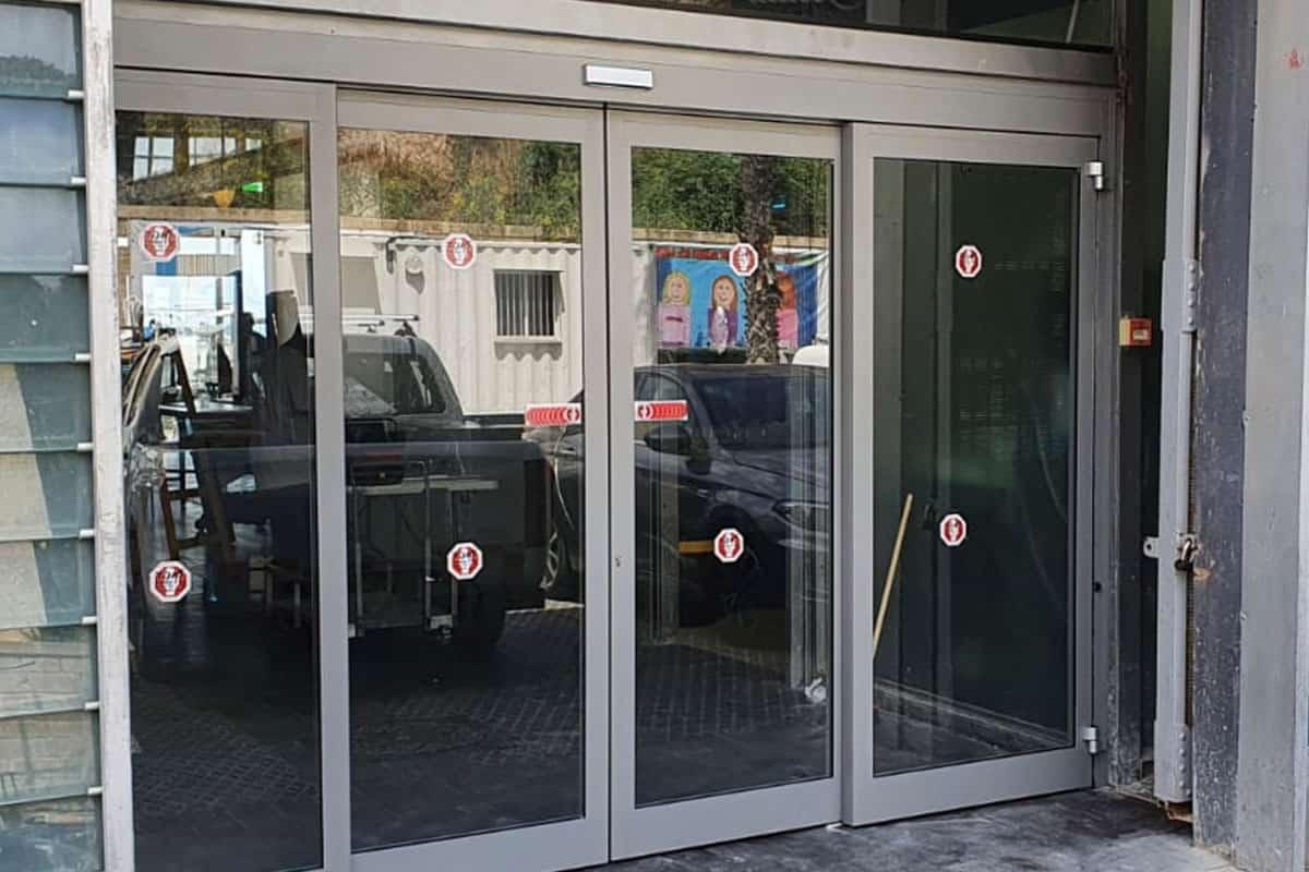 דלת כניסה למסעדה